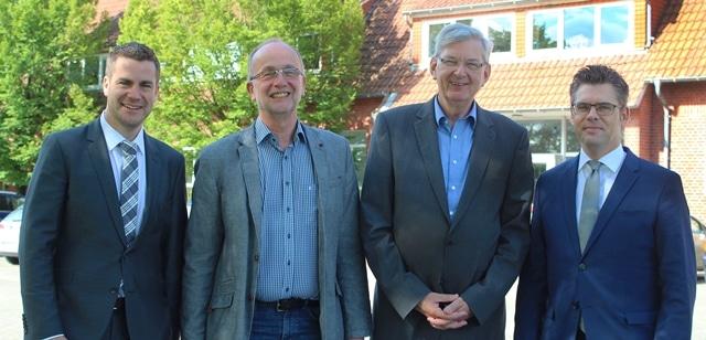 Geschaetsfuehrung und Schueler sprechen mit Bundestagsabgeordnetem Karl Schiewerling