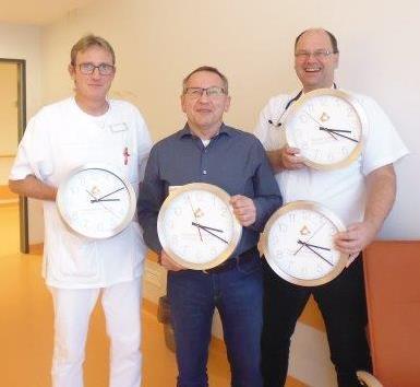 Foerderverein Christophorus-Kliniken Spende von Wanduhren speziell fuer Senioren
