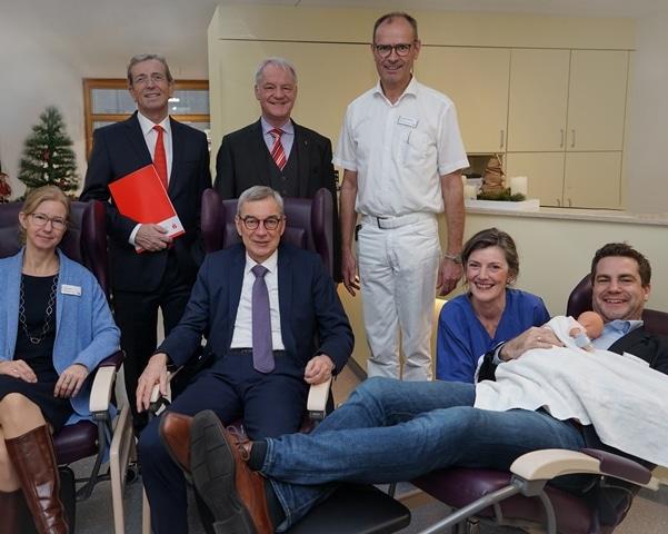 Christophorus-Kliniken Foerderverein Sparkasse spendet Kaenguruh-Stuehle fuer Fruehgeborene und ihre Eltern