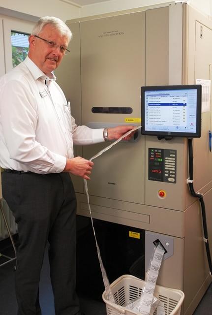 Christophorus-Kliniken_Dr_Kleinjung_am_Medikamenten_Automaten_Unit_dose