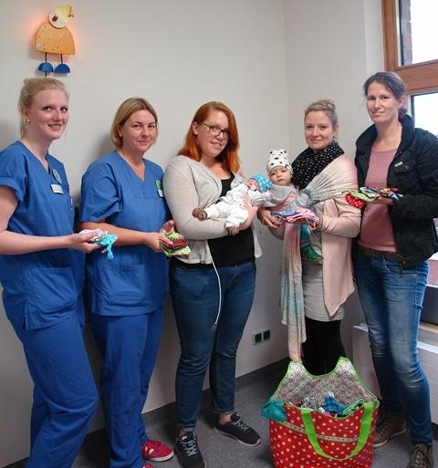 Christophorus-Kliniken Nähgruppe näht Mützchen und Decken für Kinderintensivstation