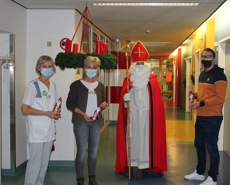 Christophorus Kliniken Nikolaus besucht Kinderstation