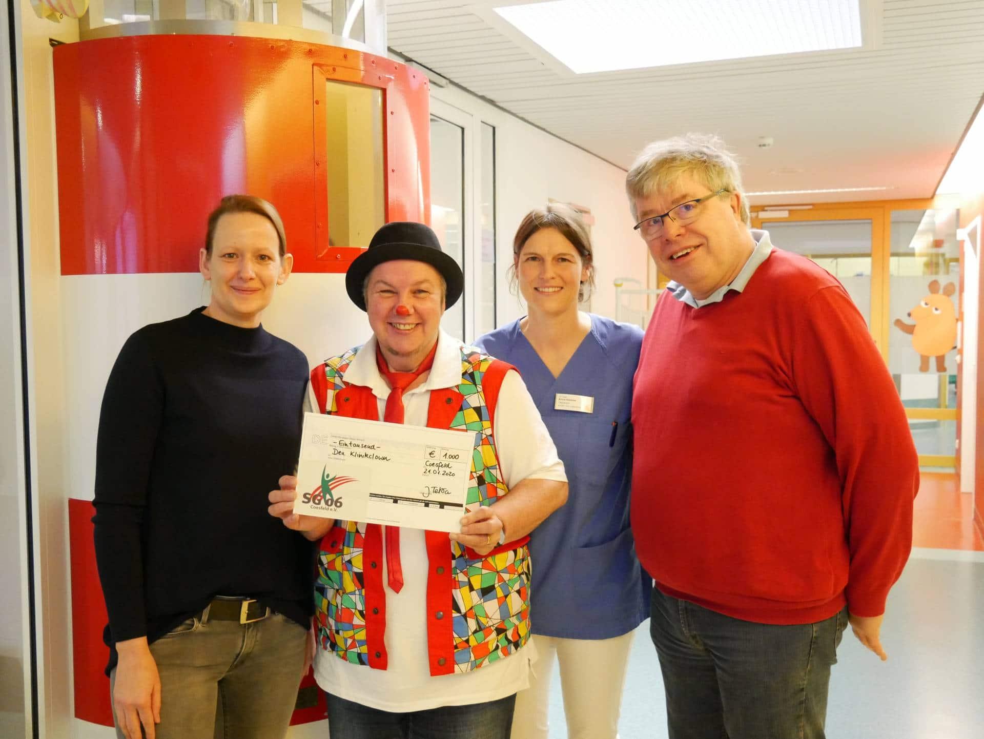 Christophorus-Kliniken erhalten Spende fuer Klinikclown von Volleyballern der SG Coesfeld