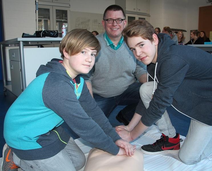 Schüler lernen Reanimationsmaßnahmen