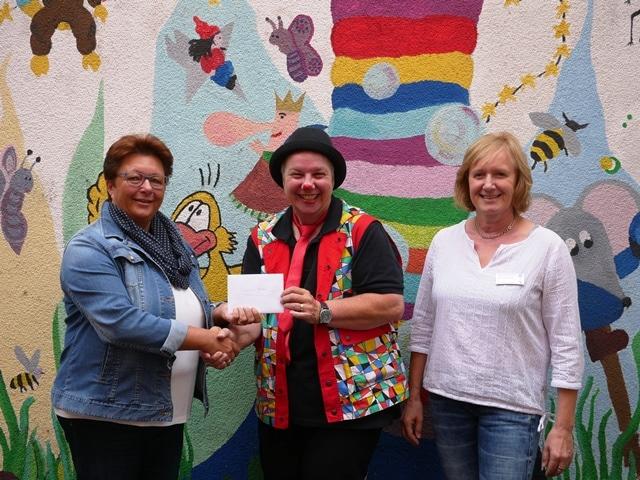 Christophorus-Kliniken Coesfelder Nachbarschaft Ravelin spendet fuer Klinikclown Max
