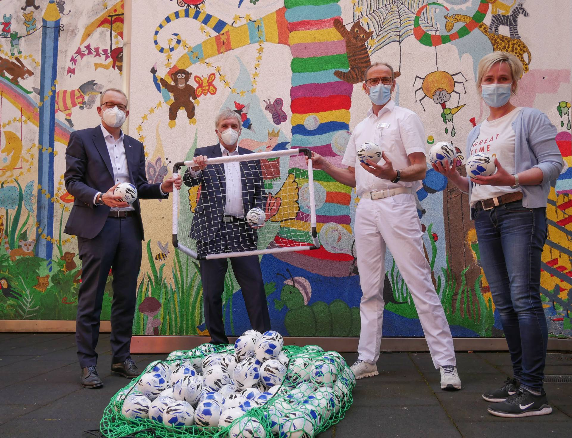 Christophorus Kliniken Kinder- und Jugendmedizin Spende der VR-Bank Westmuensterland Schalnke 04 Fußbaelle