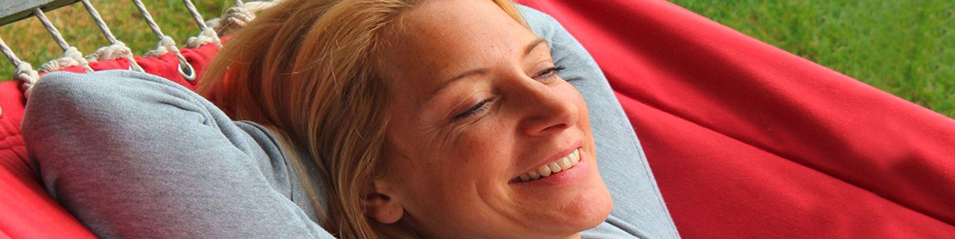 Frau entspannt in der Hängematte