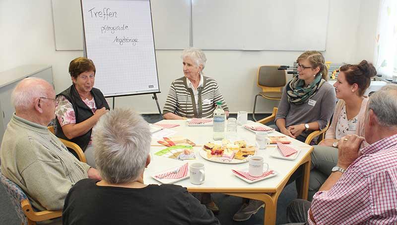 Pflegende Angehörige tauschen sich bei Treffen aus